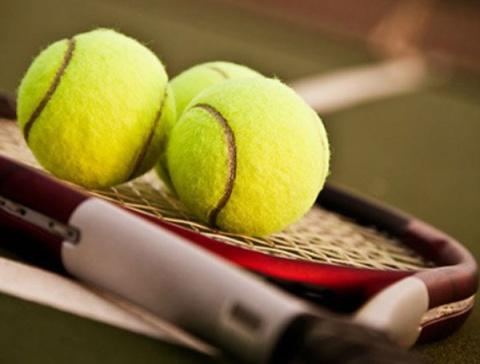 3 tennisballen op een tennisracket